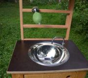 nowato Handwaschbecken - Detail Spüle, Wasserauslauf und Sprossenwand mit Seifenhalter