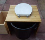 Komposttoilette 'Die große Kleine' mit optionalem Einstreubehälter - Sicht von Hinten