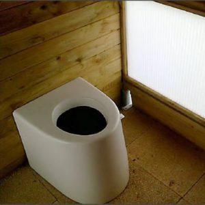 Trockentoilette ECODOMEO Anwendungsbeispiel als öffentliche Toilette in einer Holzhütte