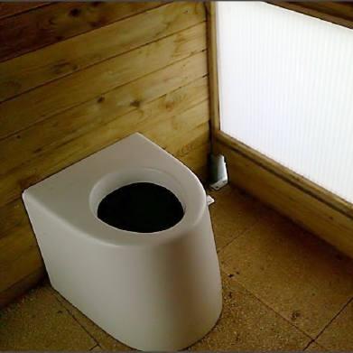 Trockentoilette ECODOMEO Anwendungsbeispiel als öffentliche Toilette in einem Holzhütte