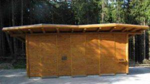 Barrierefreie Toilettenanlage mit handwaschbecken im Nationalpark Eifel - Öffentliche Toilettenanlage mit 2 barrierefreien Toilettenräumen mit Urinal und Handwaschbecken