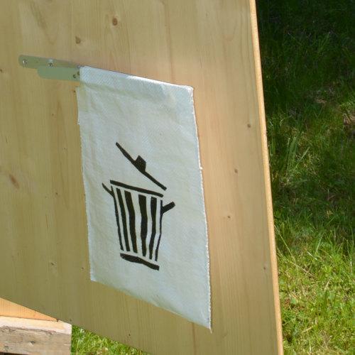 Detail - Trockentoilette - Toilettenhäuschen HEIDE - Detail Mülltüte an der Tür mit Klammerverschluss