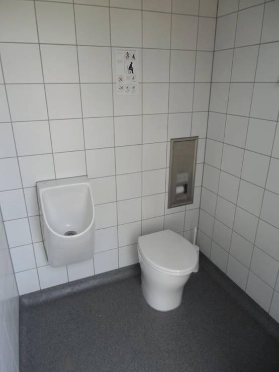 Endhaltestellentoilette für Personal mit Aufenthaltsraum - Mannheim - Trockentoilettenanlage - Innenansicht Toilettenraum Männer