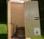 Gartentoilette HEIDE von nowato - Außenansicht- Mülltüte an der Tür