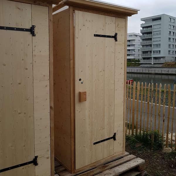 Hafenspielplatz. Komposttoilette Modell WALD an einem Spielplatz - im Shop kaufen