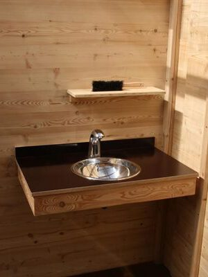 Festinstalliertes Handwaschbecken, mit Sensor. Barrierefreie Toilette WALD nach DIN