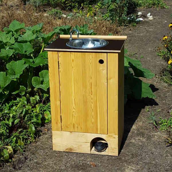 Mobiles Handwaschbecken aus Holz mit Fusspumpe. Shop nowato