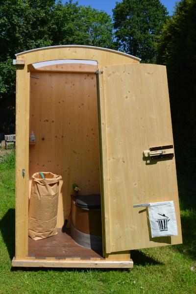 Humus- Trocken- Kompost- Toilettenhäuschen für den Garten und Aussenbereich - Aussenansicht mit offener Tür, Papiertasche für Einstreu