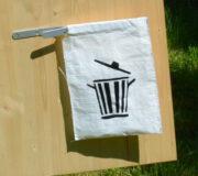 Humus- Trocken- Kompost- Toilettenhäuschen für den Garten und Außenbereich - Detail Mülltasche mit Abschließklammer