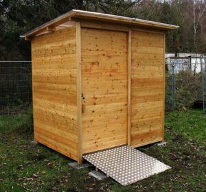 Hundeschule - Lage -Komposttoilette WALD-barrierefrei mit 80L-Behälter - Aussenansicht