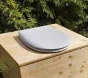 Innentoilette - Komposttoilette Die große Kleine, mit 80 Liter Fass und OLFA Toilettensitz - Detail Seitengriff