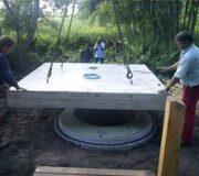 Installation Goldgrube - Die Bodenplatte mit Fertigfußboden wird vom Liefer-LKW ausfgelegt