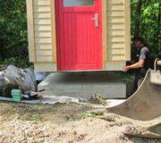 Installation Goldgrube - auf die Bodenplatte mit Fertigfußboden und vorbereiteten Anschlüssen gesetzt