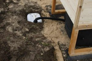 Installation 'Wiese' oder 'Wald' auf Podest. Biolan mit Sickerwasserkanister ohne Kiste