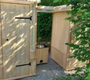 Kinderhandwaschbecken zwischen zwei Komposttoiletten WIESE - mit extra Überdachung