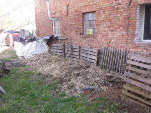 Komposthaufen Vorbereitung mit einer Schicht strukturierendes Material