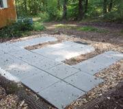 Flache und gerade Fläche vorbereiten - Installation der Toilette WIESE-Biolan