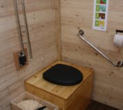 Komposttoilette WALD-barrierefrei 80L - Wissenschaftsgarten Frankfurt - Innenansicht - halb-öffentliche Toilette