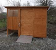 Komposttoilette WALD-barrierefrei mit getrenntem Urinalraum · Frontansicht