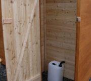 Komposttoilette WALD-barrierefrei mit getrenntem Urinalraum - Detail Betriebsraum und Urinkanister