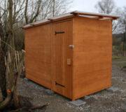 Komposttoilette WALD-barrierefrei mit getrenntem Urinalraum - Detail Hinterseite und Tür zum Betriebsraum