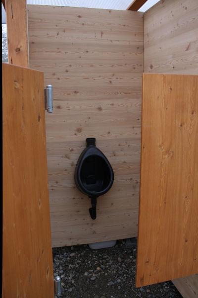 Komposttoilette WALD-barrierefrei mit getrenntem Urinalraum - Detail Urinalraum und Pissoir