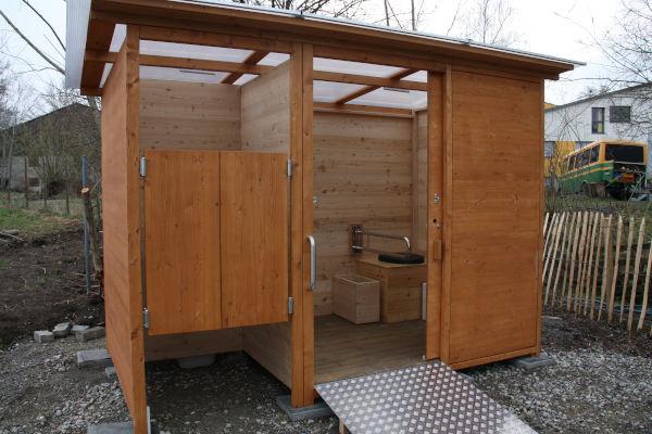 Komposttoilette WALD-barrierefrei mit getrenntem Urinalraum - Frontansicht, Detail barrierefreie Toilette Innenraum