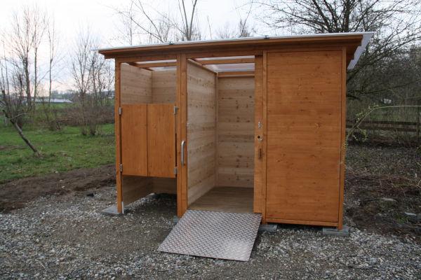 Komposttoilette WALD-barrierefrei mit getrenntem Urinalraum - Frontansicht, Schiebetür geöffnet