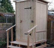 Komposttoilette WIESE aus Lärche mit Sondermaßen und Handlauf