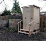 Komposttoilette WIESE mit skandinawischem Toilettensystem Biolan - Sondermaße H220 x B140 x Tiefe120 cm und Handlauf für Waldkindergarten