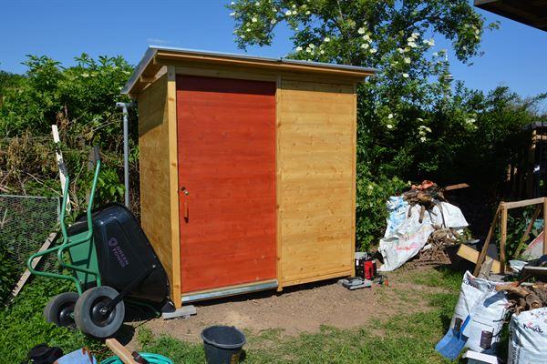Komposttoilette Wald barrierefrei mit Biolan. Aussenansicht