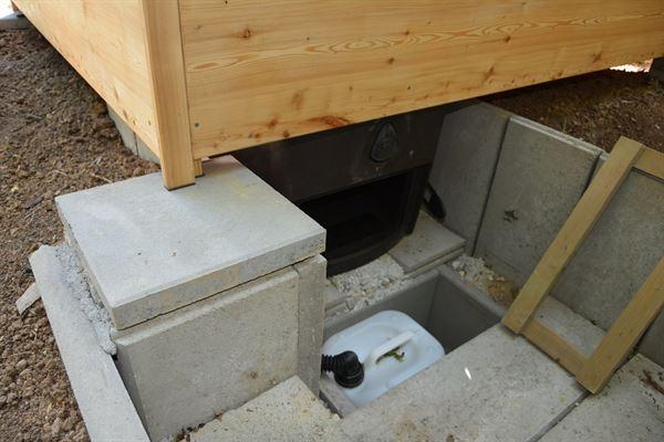 Komposttoilette Wald barrierefrei mit Biolan. Wartungsschacht fuer Biolan