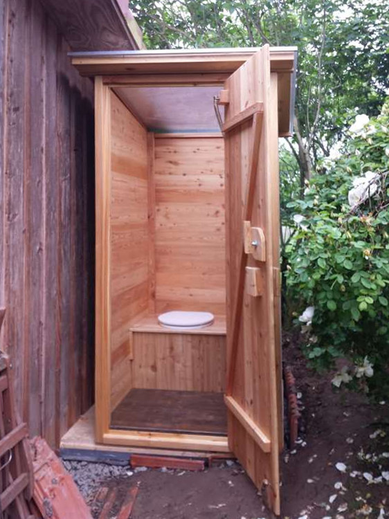 Komposttoilette Modell 'Wald' aus Lärche.