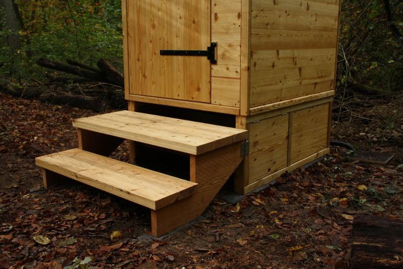"""nowato Komposttoilette Modell """"Wald"""" mit Biolan eco 200L _Borken · Detail Podest mit Verkleidung und Treppe"""