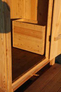 Toilettehäuschen 'Wald' mit Biolan eco. Kiste aus Holz für den Einstreu. Optional wählbar.