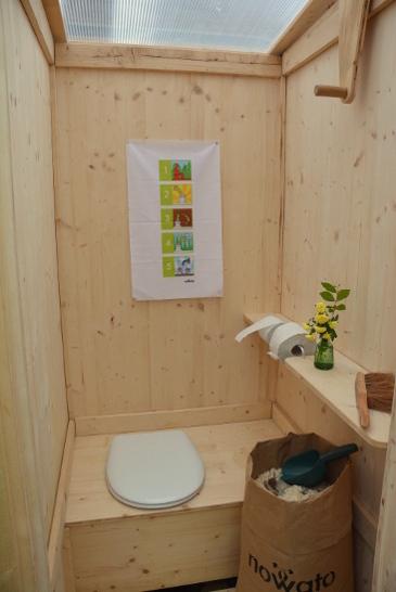 mobile Komposttoilette Modell 'Wiese' aus Holz - Innenansicht
