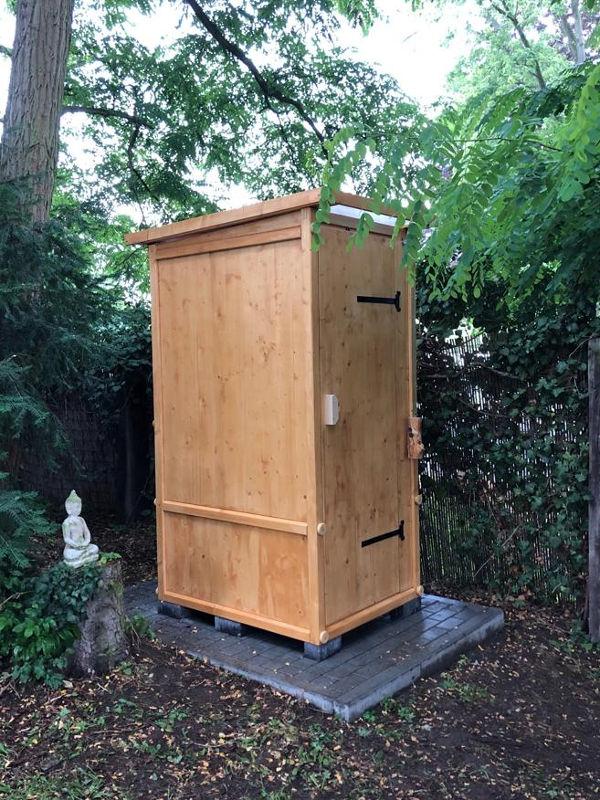 Komposttoilette 'Wiese' aus Fichte lasiert. Aussenansicht.