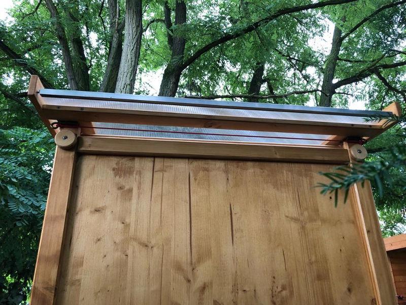 Komposttoilette 'Wiese' aus Fichte, lasiert. Aussenansicht, Dach hinten.