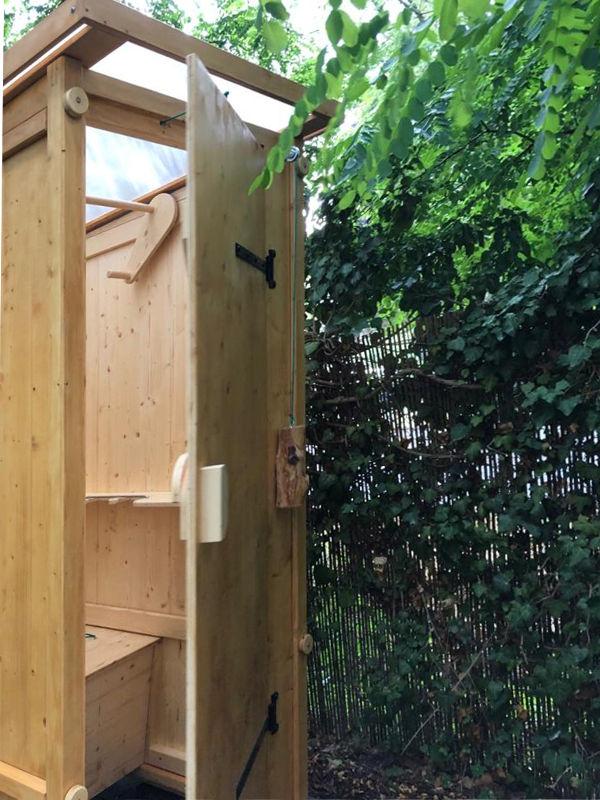 Komposttoilette 'Wiese' aus Fichte, lasiert. Aussenansicht, offene Tür.