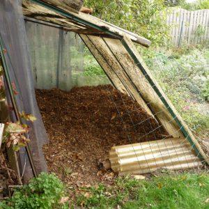 Laub trocken gelagert wird als Einstreu für die Komposttoilette benutzt