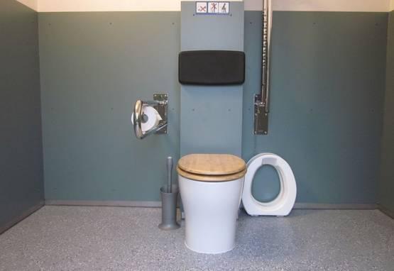 Parkplatztoilettenanlage 'Hohe Sonne' in Eisenach - Öffentliche Toilettenanlage - Innenansicht barrierefreier Raum