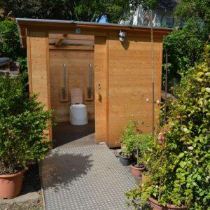 Toilette WALD barrierefrei nach DIN mit Ecodomeo. Blick in die Kabine