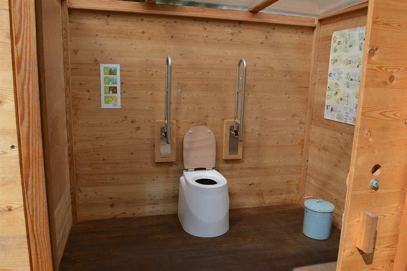 Toilette WALD barrierefrei nach DIN mit Ecodomeo. 90 cm links und rechts, Stützklappgriffe