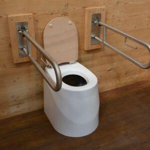 Toilette WALD barrierefrei nach DIN. Sitz ECODOMEO mit Stützklappgriffe und 90 cm links und rechts.