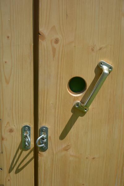 Toilettehäuschen HEIDE - Anzeige frei-besetzt, Ösen zum abschließen von außen