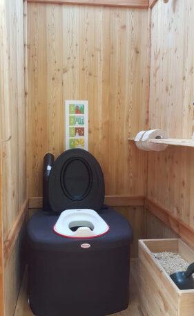 Toilettehäuschen WIESE aus Lärchenholz - mit Biolan eco - Innenansicht mit optionalen Kindersitz und Einstreukiste