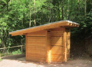 Toilettenanlage Brandenburg, Thüringen - Öffentliche Toilettenanlage, 1 Toilettenraum Frauen; 1 Toilettenraum Männer mit Urinal. Gebäude errichtet auf Bodenplatten von örtliche Firmen