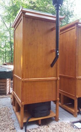 Toilettenhäuschen WIESE aus Läche lasiert - Toilettensystem Biolan eco - mit optionalem Windventilator und Kiste für Sickerwasserkanister