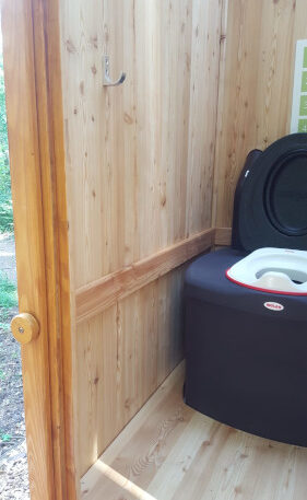 Toilettenhäuschen WIESE aus Läche mit Toilettensystem Biolan eco und optionalem Kindersitz - Innenansicht