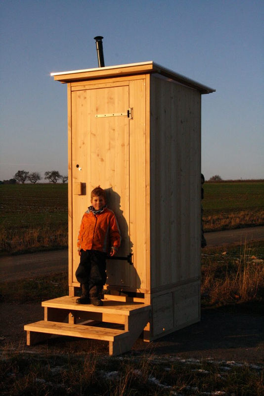 Toilettenhaeuschen Wald-Kompakt aus Laerche mit Biolan eco und Option: Podestverkleidung. [Galerie Wald standard Biolan]